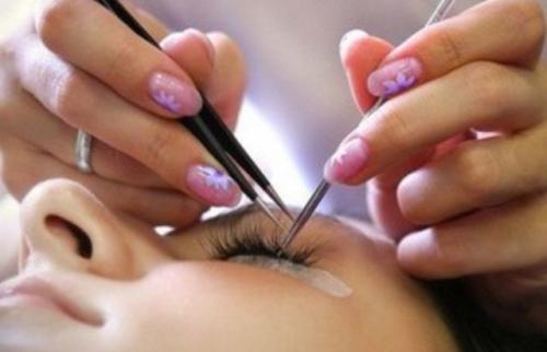 Процесс наращивания волосков мастером в салоне