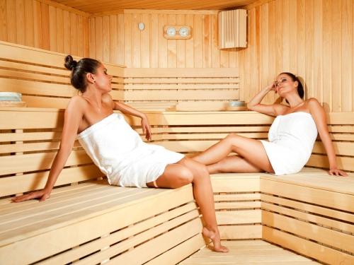 Девушки нарощенными ресницами в бане