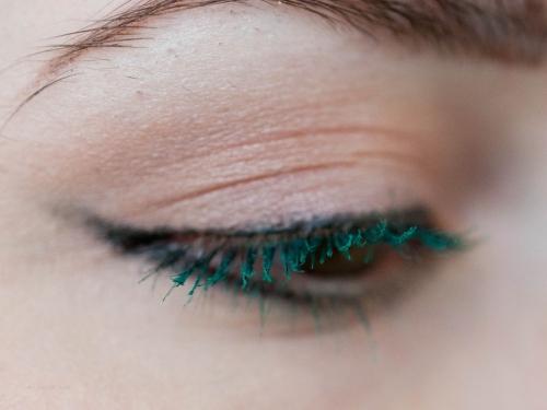 Глаза с зеленой тушью