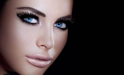 Девушка с красивыми ресницакми