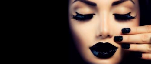 Черные ресницы и губы