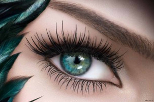 Девушка с красивыми зелеными глазами