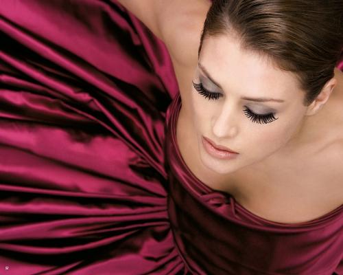 Девушка в роскошном платье и с красивым макияжем