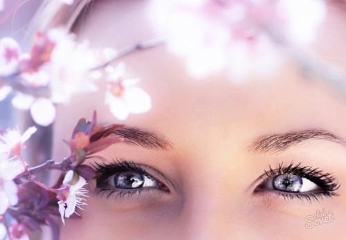 Девушка с красивыми глазами и цветами